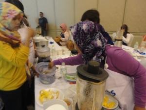 Ibu-ibu mencoba blender an food steamer