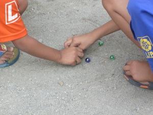anak bermain gundu